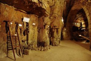 Petit arrêt sur l'extraction du tuffeau, sous une grande voûte (à droite) datée 16ème siècle.